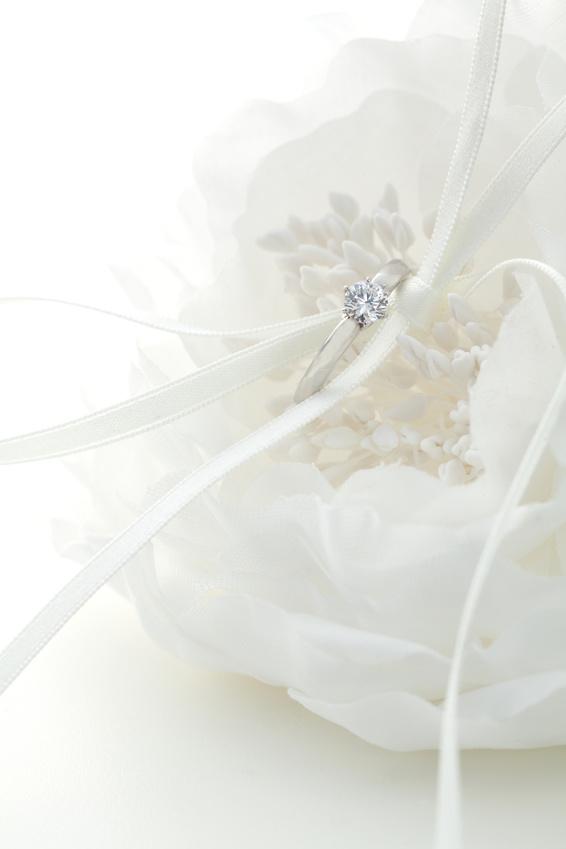 白い花とリング